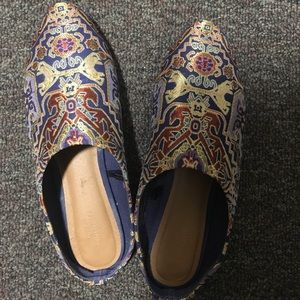 Loafers with geometric pattern